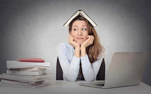Mujer se sentar, en, computadora, con, libros