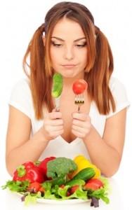 Mujer escéptica acerca de las verduras frescas