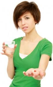 Mujer escéptica acerca de tomar una píldora