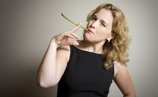 Mujer fumando espárragos