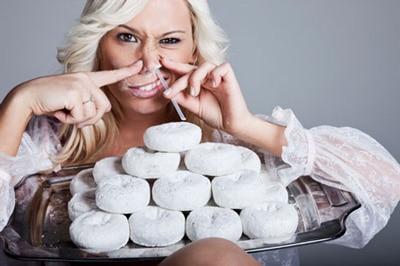 Mujer, esnifar, donuts
