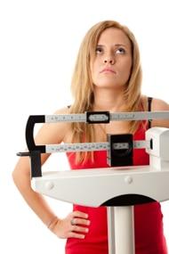 Mujer de pie en la balanza, frustrada