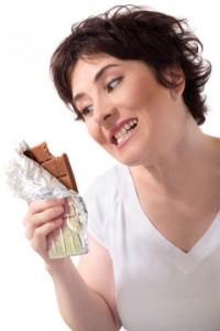 Mujer mirando un trozo de chocolate