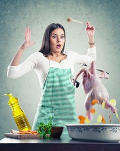 Mujer asustada por un pollo
