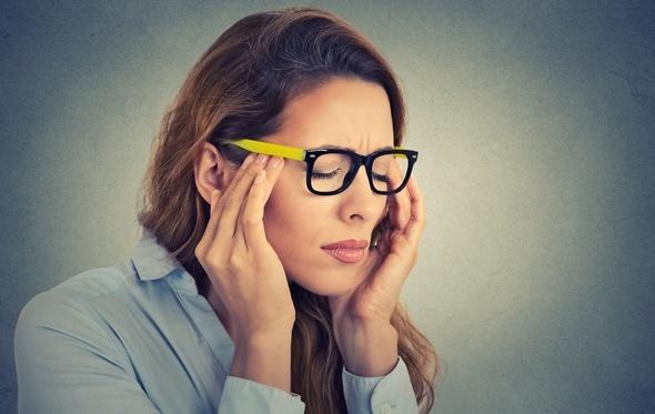 Mujer estresada con los ojos cerrados