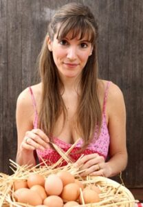 Mujer con canasta de huevos