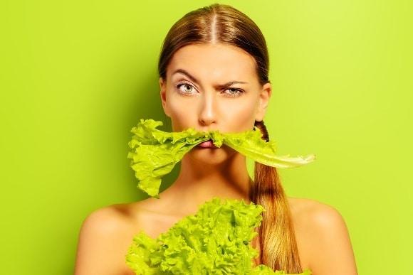 Mujer con bigote verde