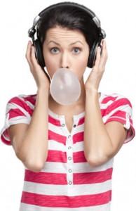 Mujer con auriculares y chicle