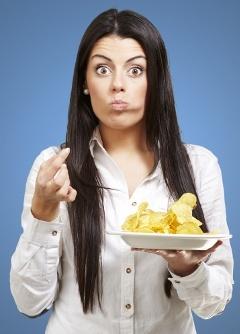 Mujer con bocado de patatas fritas