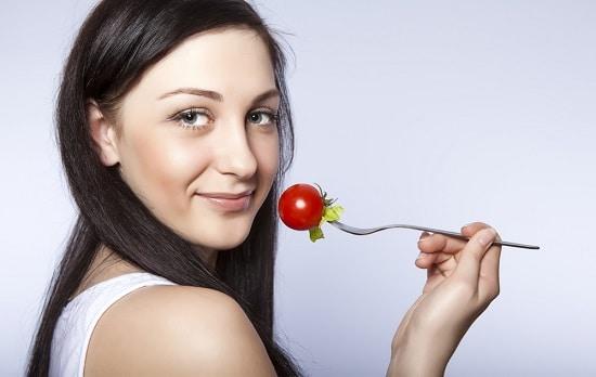 Mujer, con, tomate, en, tenedor
