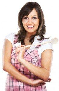 Mujer con cuchara de madera