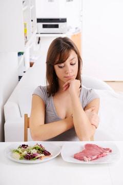 Mujer preguntando sobre ensalada y carne