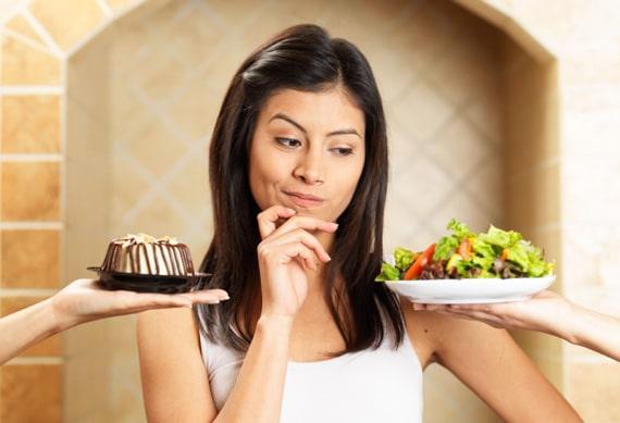 Mujer preguntándose qué comer, grande