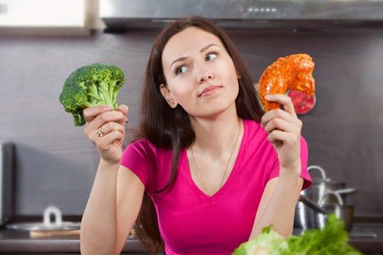 Mujer preguntándose si comer carne o verduras