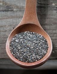 Cuchara de madera con semillas de chía