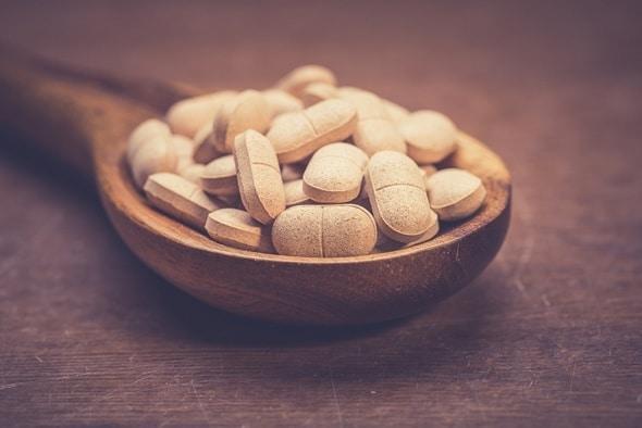 Cuchara de madera con pastillas de hierbas