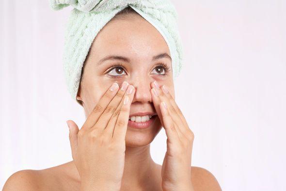 Chica joven haciendo su régimen de cuidado de la piel