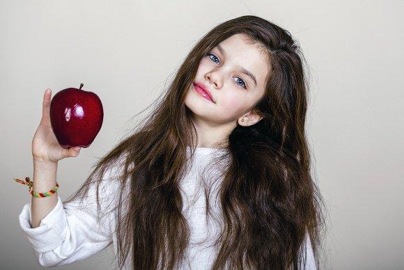 Niña joven, tenencia, manzana