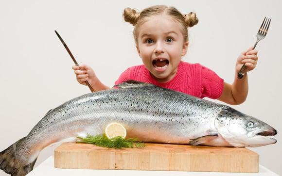 Chica joven con salmón