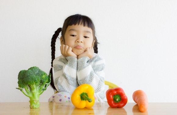 Chica joven con verduras