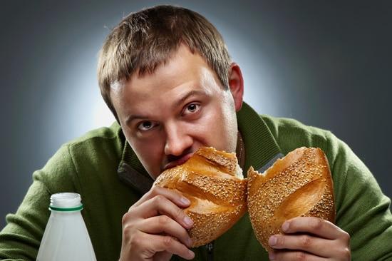 Joven comiendo pan