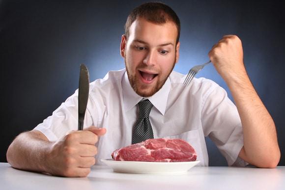 Joven comiendo carne cruda