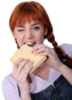 Mujer joven mordiendo queso