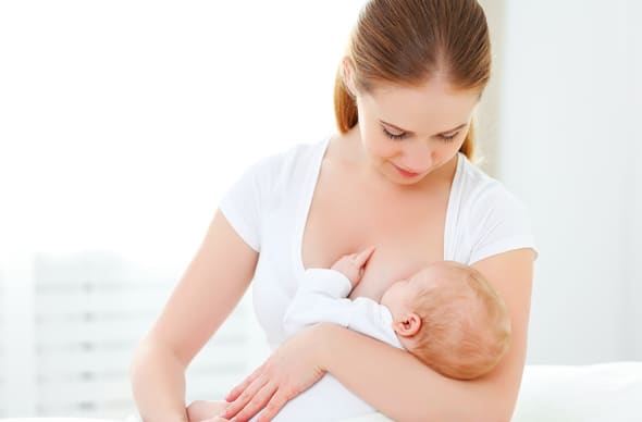 Mujer joven, amamantando, bebé