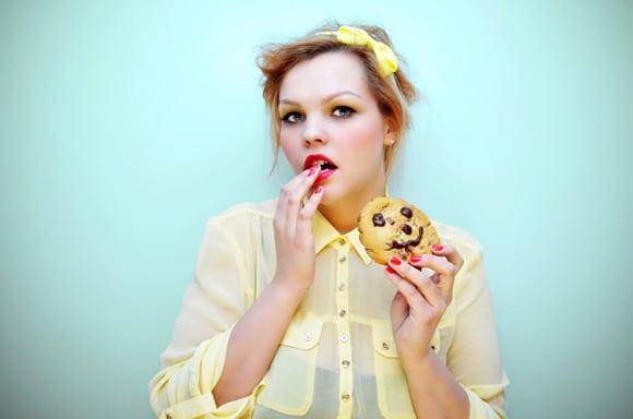 Mujer joven deseando una galleta con chispas de chocolate