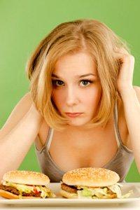 Mujer joven se siente mal por comer comida chatarra, más pequeña
