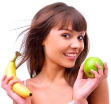 Mujer joven, tenencia, un, manzana, y, plátano, más pequeño
