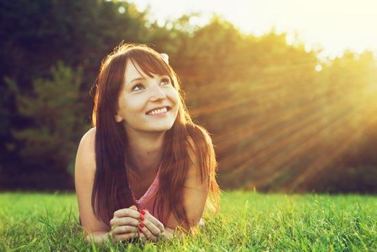 Mujer joven, acostado, en, pasto o césped, en, el, sol