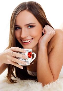 Mujer joven, sonriente, con, taza de café